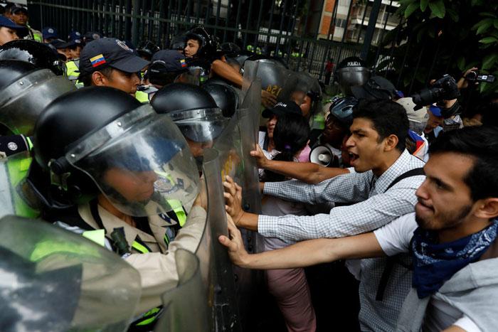 Los partidarios de la oposición se enfrentaron a las fuerzas de seguridad el viernes, mientras protestaban contra el presidente Nicolás Maduro en Caracas, Venezuela
