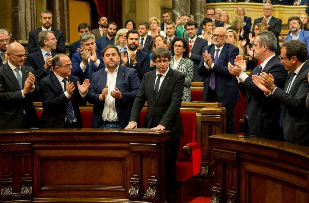 El líder catalán, Carles Puigdemont, es aplaudido luego de dirigirse al parlamento de la región para proponer suspender la declaración de independencia por algunas semanas en búsqueda de un diálogo con el gobierno de España. Credit Quique García/European Pressphoto Agency